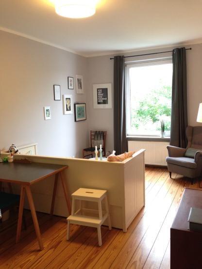 Arbeiten & Schlafen an getrennten Orten: Ausziehbares, weißes Bett als Raumteiler in Hamburg-Eimsbüttel #Hamburg