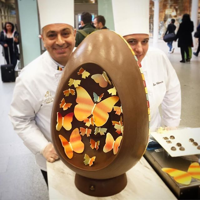The finished @godivauk Giant Easter Egg that was decorated in St Pancras International today! 13kg of delicious chocolate now proudly on display in store 😍😋 #stpancras #london #godiva #landmark #mustdo