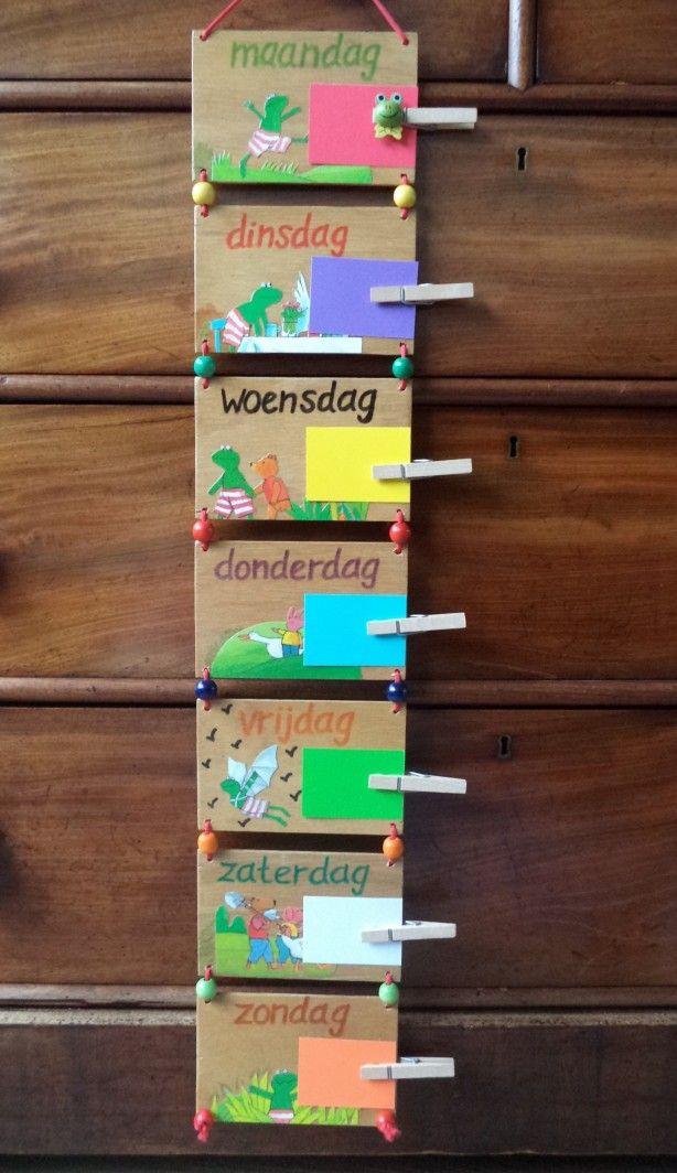 Houten week kalender Kikker! De dagen worden geschreven hoe de kinderen de letters op school leren. Vrolijke kralen en koord. Kaartjes voor alle dagen om sport, feestjes, logeren, dagjes uit op te schrijven. Erg leuk voor peuters en kleuters. Succes verzekerd!! Handgemaakt!  Uniek, geen een kalender maak ik hetzelfde. Ik kan hem ook maken met kabouters, clowntjes, meisjes/feetjes! Vrolijk, gezellig en tegelijkertijd leerzaam.