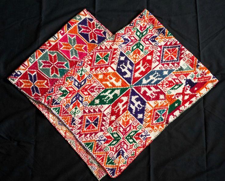arte textil huichol casamejicu... arte textil mexicano posee siglos de historia y creatividad a lo largo del país. Gracias a ello, y a una amplia diversidad de tradiciones, costumbres, mestizajes y cosmogonías, México es reconocido como uno de los principales países con una hermosa producción artística en el mundo textil.    En cada uno de los rincones del país, habitan artistas textiles, tejedoras y bordadoras que se han encargado  no sólo de inmortalizar las técnicas y simbolismos de…
