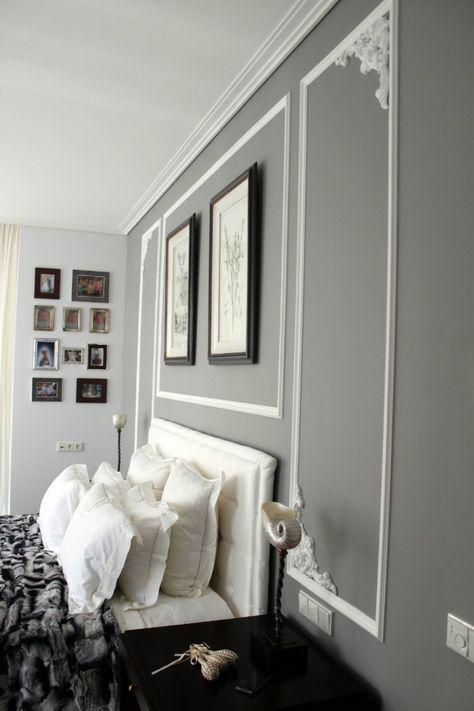 graue Wandfarbe und weiße Stuckdekorationen an der Wand Wohnzimmer