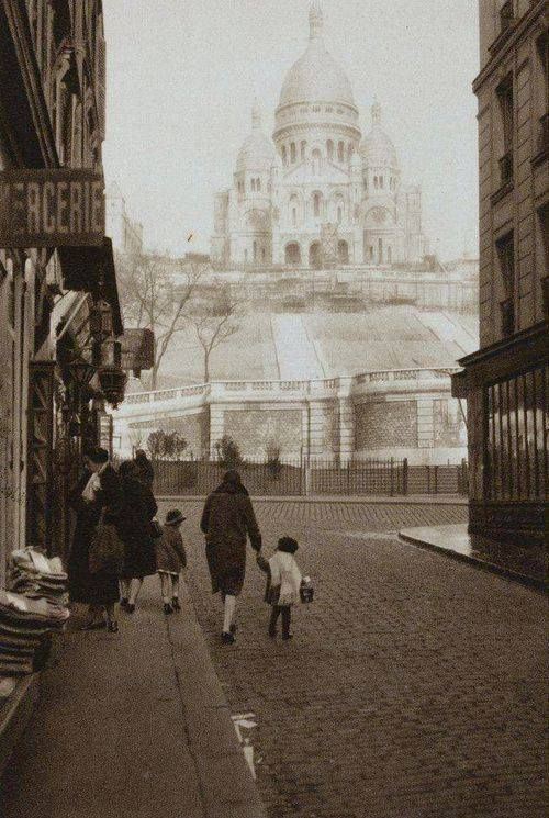 Montmartre en 1920 germaine krull - Office de tourisme italie paris ...