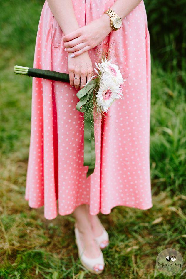 session brides / bukiet na sesje / mały dodatek / romantyczna sesja ślubna z kwiatami / fot. Bajkowe Śluby