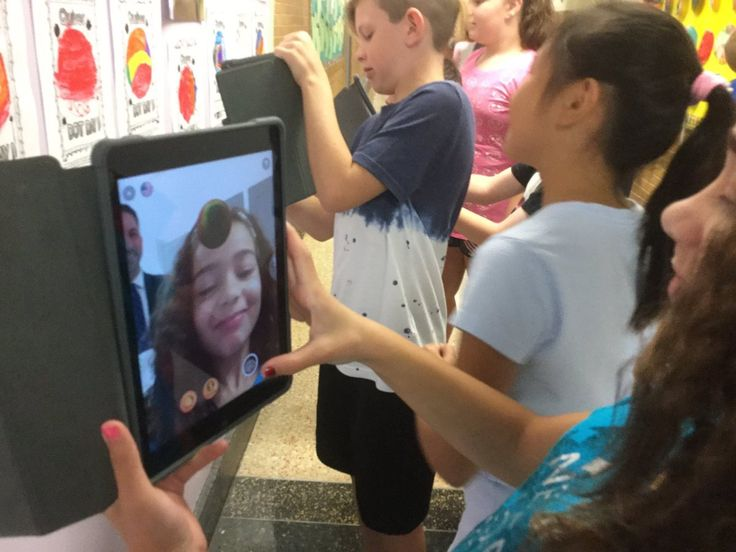 "Debbie Fallon on Twitter: ""Is that a sphere floating in my Ss' selfie?! ➡️Scan 2D dot w/ @quivervision ➡️Transform into 3D sphere ➡️Take selfie with sphere! WOW! 😀🔴🔵 https://t.co/TWKSxwq2Wo"""