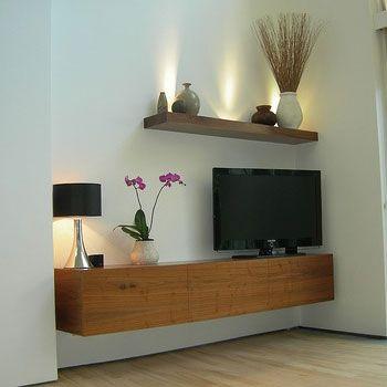 We willen allemaal wel een heerlijk ruimte woonkamer, maar helaas oogt onze eigen woonkamer nooit ruimtelijk. Daar weten wij van 100% Kast wel raad mee! Een zwevend tv-meubel op maat. Wil jij ideeën opdoen? Kijk op http://100procentkast.nl/blog/inspiratie-voor-tv-meubel-29-10