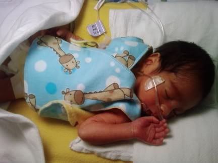 free patterns for NICU smocks for micro preemies to newborn size (4 sizes from 1 lb to 11 lbs)