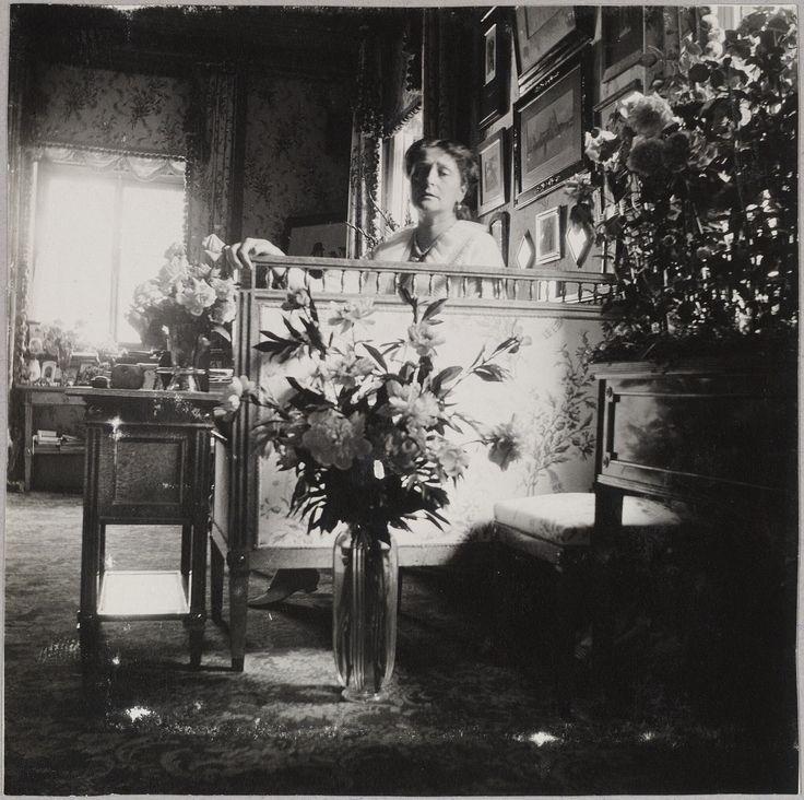 """""""Peterhof - outono 1914"""": A Imperatriz Alexandra Feodorovna em seu boudoir, no Lower Dacha, Alexandria Park, em Peterhof. Czarina Alexandra Feodorovna in her boudoir, Lower Dacha Alexandria Park, Peterhof."""