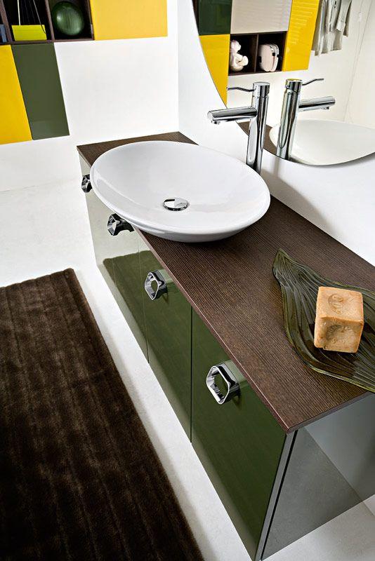 Bagno Slim di #Cerasa con finitura laccato verde muschio lucido. www.gasparinionline.it
