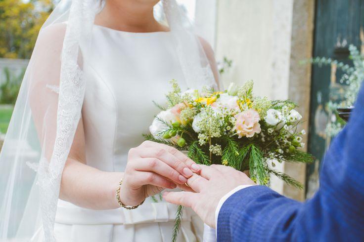 Vintage Wedding Ceremony in The Quinta - www.myvintageweddingportugal.com | #weddinginportugal #vintageweddinginportugal #vintagewedding #portugalwedding #myvintageweddinginportugal #rusticwedding #rusticweddinginportugal #thequinta #weddinginsintra #summerweddinginportugal