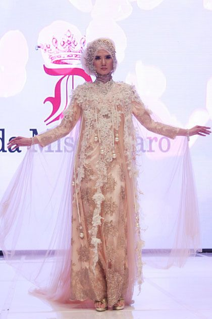 muslim women wedding dress - The whole design of the latest wedding dress of Dida's work is full detail. Application of lace material filled golden embroidery and sequins characterizes strong in his latest collection.