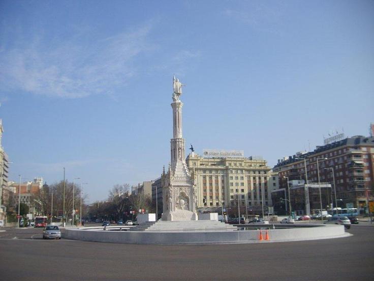 Recoletos yolu inanılmaz genişlikte. Kahvaltıdan sonra Plaza Colon'a yürüyoruz. Bu meydan Kristof Kolomb'a adanmış... Daha fazla bilgi ve fotoğraf için; http://www.geziyorum.net/madrid-gezisi/