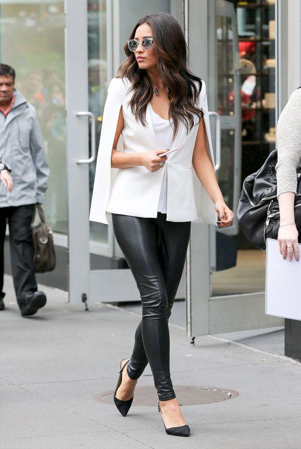 Street style de Shay Mitchell, com calça de couro e capa branca.