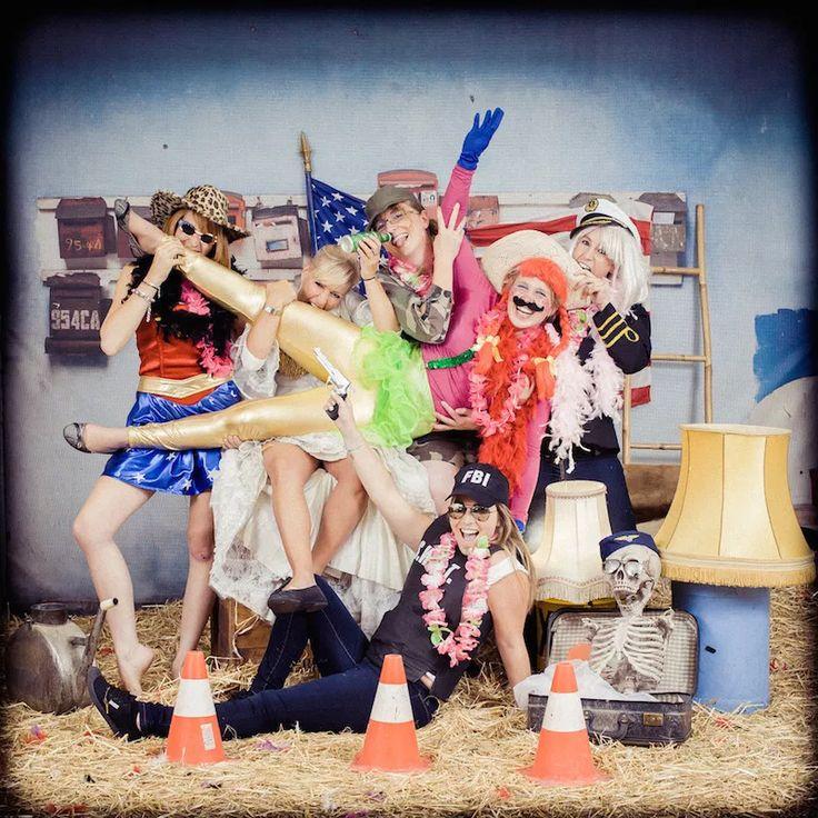 EVJF, enterrement de vie de jeune fille, enterrement vie fille, EVJF LYON, EVJF PARIS, EVJF Lille, EVJF Toulouse, anniversaire, event, idée EVJF, studio photo, paille, fun, décalé, drole, meilleur idée, photographe, décor, accessoire, vintage, déguisement,