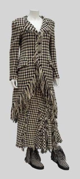 Yohji YAMAMOTO *  Pièce du défilé Automne-Hiver 2003: Ensemble jupe et veste longue en lainage pied de coq noir et blanc, frange  paire de souliers a lacets a longue frange assortis