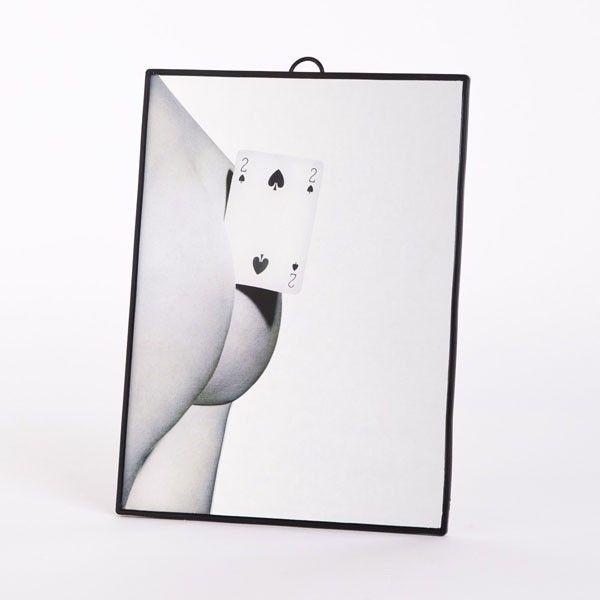 Seletti in collaborazione con Toiletpaper ,il magazine di sole immagini di Maurizio Cattelan e Pierpaolo Ferrari, disegna questo Specchio Picche della collezione Toiletpaper. Il mix tra arte e decorazione rende questa collezione unica nel suo genere, ottima per l'arredo casa.