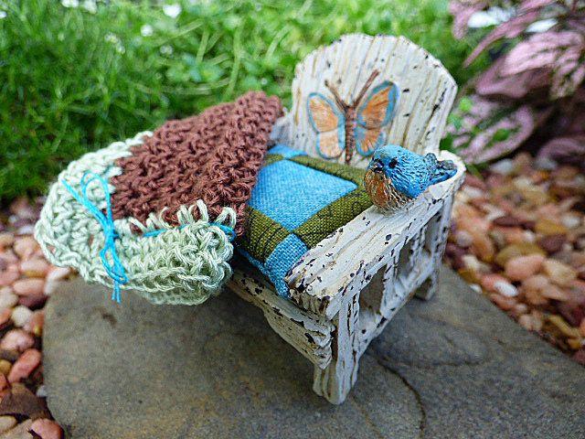 Silla al aire libre Casa de muñecas miniatura muebles jardín hadas interior silla pulgadas escala pequeño cojín manta de ganchillo afgano playa Mariposita de TheLittleEmptyNest en Etsy https://www.etsy.com/mx/listing/278621798/silla-al-aire-libre-casa-de-munecas