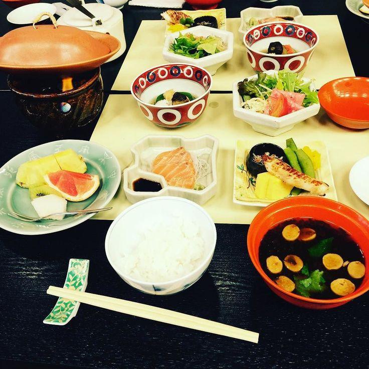 No better way to start the day than with a Ryokan breakfast featuring Nagoya's specialty: Miso!  やっぱり日本の朝ごはんが番ですねヾ(ー)ノ名古屋の味噌を使った味噌汁もおいしい@azukyki  #japanesefood #kaiseki #breakfast #japan #日本 #ryokan #nagoya #旅館 #日本料理 #旅行 #travel #tourism #foodie #foodporn #food #foodgasm #名古屋 by epicurefitness90