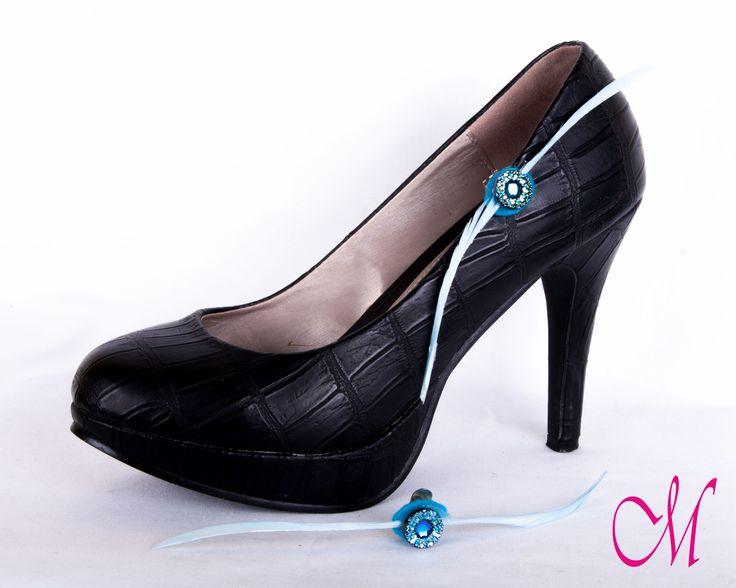 Clips para zapato decorado con plumas biot azul y botón de pedrería. www.monetatelier.com