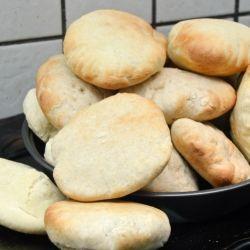Disse sandwichbrød er noget nær det letteste - kun 4 ingredienser og hurtige at røre/ælte sammen, lidt hævning og så ellers i ovnen. Man behøver jo slet ikke gøre bagværk svære, end det er vel ? :-) Til 6 store sandwichbrød skal du bruge : 1,5 dl lunt vand - 25 gram gær - 1 tsk....