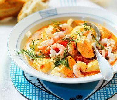 Fiskarhustruns fisksoppa är en underbar soppa som innehåller både fisk och skaldjur. Koka ihop dina ingredienser, som får fin smak av timjan, före du blandar ner fluffig grädde. Toppa med dill och servera den krämiga soppan med brytbröd.