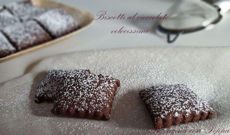 I biscotti al cioccolato sono friabili e deliziosi e si preparano in circa 5 minuti grazie alla cottura nelle microonde. Ideali per la merenda, la colazione