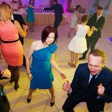 Bawiący się ludzie podczas imprezy www.djmw.pl