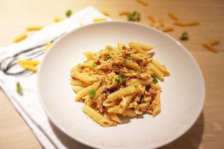Een romige Italiaanse pasta is altijd welkom bij ons thuis. Deze keer een heerlijke pasta Carbonara, voor jullie bereid en uitgeschreven. Dit gerecht valt echt onder de categorie comfort food. Lekker na een dag hard werken, genieten van deze makkelijke maar overheerlijke pasta. Zoute spekjes, stukjes ei en een romige saus, echt om van te genieten!