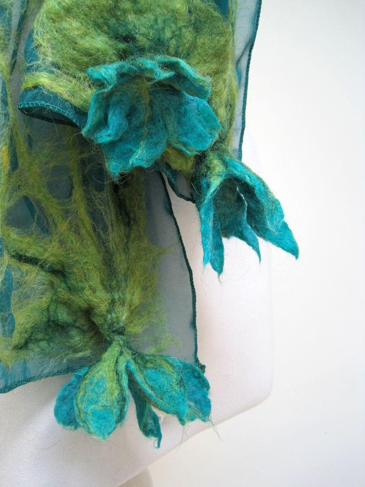 Detalle Pañuelo de Seda y Flores de Fieltro en colores verdes y turquezas