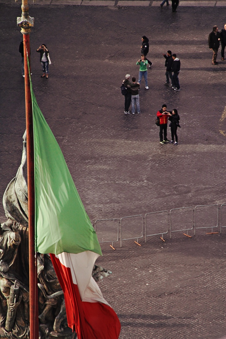 Italian flag with matching tourists