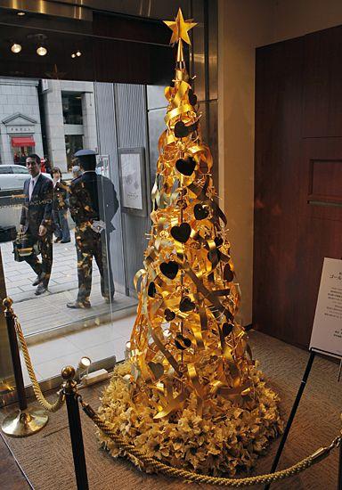 Najdroższa choinka świata - zobacz zdjęcia To chyba najcenniejsze drzewko bożonarodzeniowe świata. Stoi w jednym ze sklepów jubilerskich w Tokio i ma 2,4 metra wysokości - jest zrobione z 12 kilogramów szczerego złota. Drzewko co prawda nie jest na sprzedaż, ale jego wartość wyceniono na 150 mln jenów czyli 2,1 mln dolarów. Pilnuje go bez przerwy dwóch ochroniarzy. Drzewko stało się prawdziwą atrakcją turystyczna dzielnicy Ginza, w której znajduje się sklep.