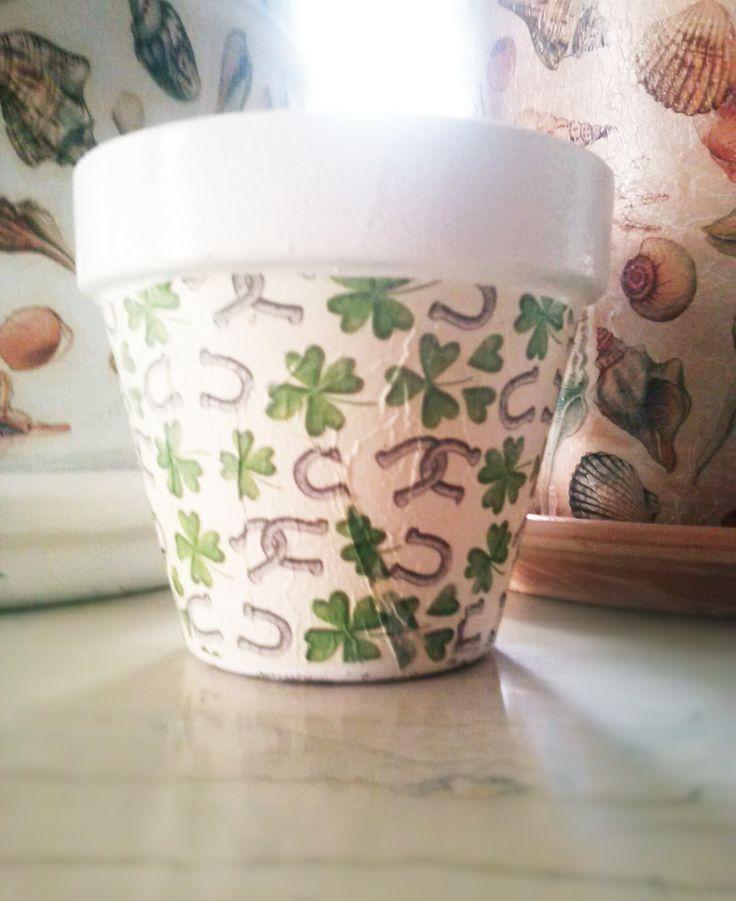 """Ντεκουπάζ σε μικρή γλάστρα με θέμα """"Τριφύλλι""""!  Ότι πρέπει για τους φίλους του παναθηναϊκού!  #decoupage http://todoraki.wordpress.com/2014/06/21/decoupage-on-flower-pots/"""