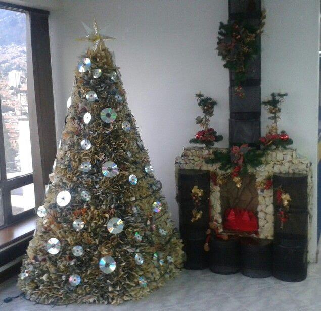 Árbol de navidad con materiales reciclados. Papel de directorio telefónico, CDs