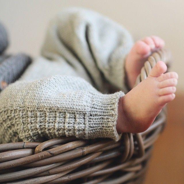 Go'klompen bukse og skjønne små tær :) #klompelompe #klompelompebok #goklompenbukse #babystrikk Lansering av bok 3aug, men kan bestilles på klompelompe.no allerede nå :)