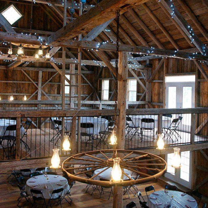 Les plus belles granges pour se marier autour de Montréal // Nichée dans les montagnes, la grange Manson était à l'origine une étable laitière. Construite en 1889 à Knowlton Landing, elle est déplacée à Austin par son propriétaire actuel Neil Manson en 2008. Après de nombreux travaux de restauration, la grange Manson ouvre finalement en 2012 reconvertie en salle de réception. La grange Manson est époustouflante tant par sa hauteur, sa beauté, sa vue imprenable des deux balcons que par le…