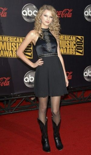 TAYLOR SWIFT AMERICAN MUSIC AWARDS IN LOS ANGELES NOVEMBER 18 2007 Taylor Swift wearing Catherine Malandrino Dress.