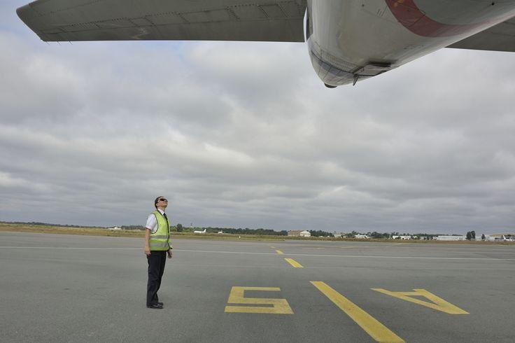 Η κυβερνήτης του αεροσκάφους κ. Τατιάνα Σταματελοπούλου στον καθιερωμένο, πριν απο την απογείωση, εξωτερικό οπτικό έλεγχο. Aéroport de Bordeaux-Mérignac