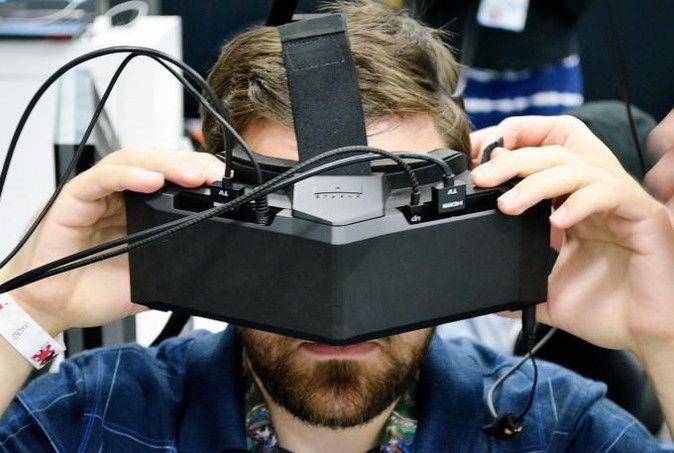 210度の水平視野角を誇るVR HMD「Star VR」の新型プロトタイプが登場しています。米VRニュースサイトのRoad to VRによる体験レポをお伝えします。  Star VRとは  このStar VRは、もともと「Infinite Eye」という名で2013年より開発が進められてきたVR HMDです。Infinite Eyeの開発チームがスウェーデンのStarbreeze社に買収されたのち、2015年のE3でStar VRとして発表されたという経緯があります。2015年のE3では人気ゾンビドラマ『ウォーキング・デッド』 それから1年を経た今、Star VRの最新のプロトタイプが発表されています。視野角とトレード・オフで画質がやや劣るとされた2015年版のプロトタイプと比べ、どのような変化が見られたのでしょうか。 今回のRoad to VRの感想、ポイントを紹介  Road to…
