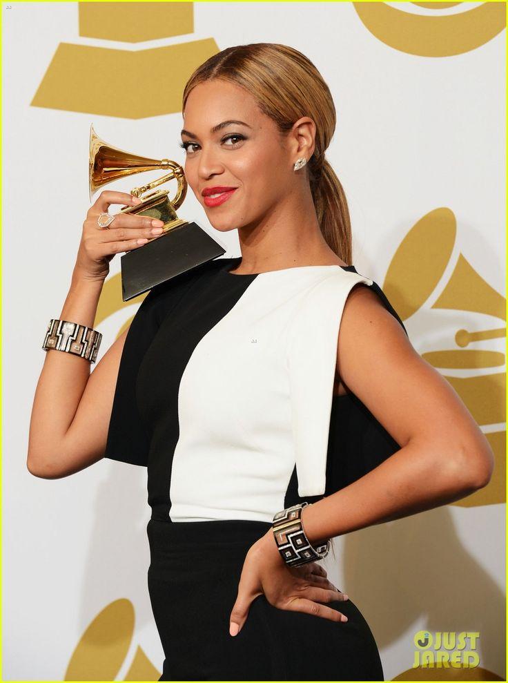 Beyonce com cabelo repartido ao meio, rabo de cavalo baixo e maquiagem super leve. Pra quê ela precisa de mais? #Grammy2013