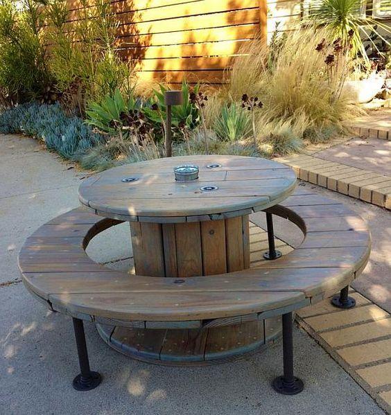 Picknick tafel met banken gemaakt van een houten kabelrol.: