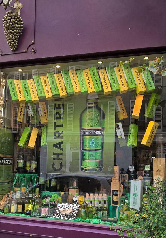 La très belle vitrine dédiée à la liqueur #Chartreuse aux caves Bossetti à Paris