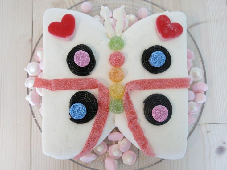 Perhoskakku vaatii hieman vaivannäköä, mutta se kannattaa: lopputulos ilahduttaa niin lapsia kuin leipuriakin :) http://kaksimurua.fi/2014/07/01/mina-ja-kummipojat-osa-1-perhoskakku-ja-rinkelipulla/  #kakku #reseptit #jälkiruuat
