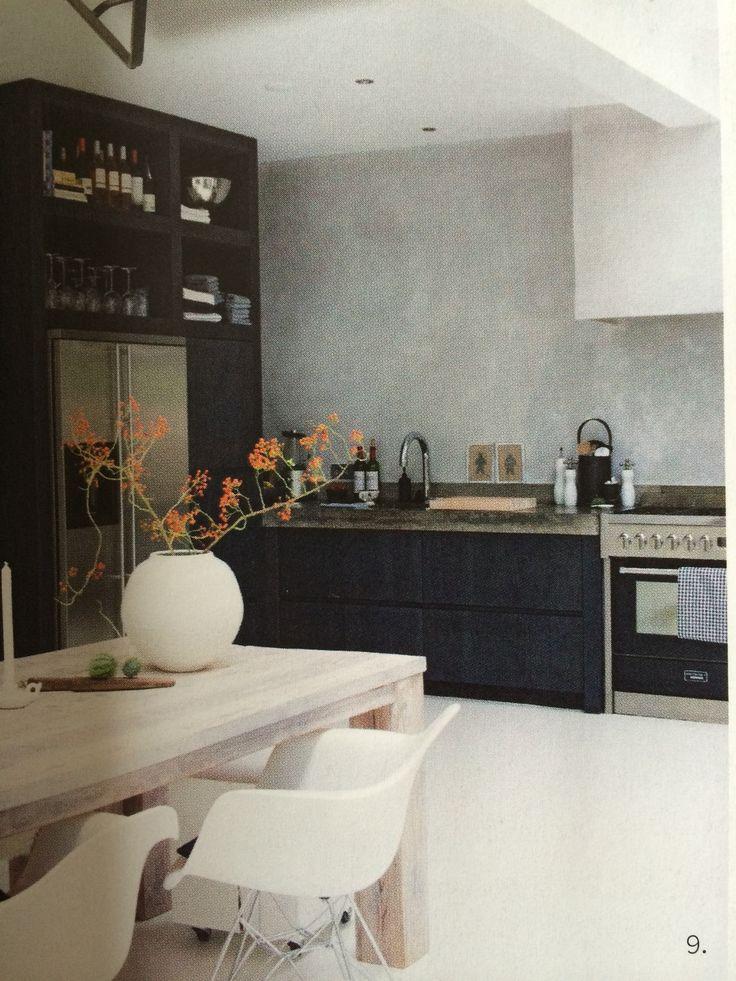 Stoere keuken met hoge zijkast