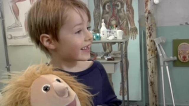 Doktor Karin undersöker dockan Lisa som haft hicka en hel vecka. Simon får lära sig lyssna på lungor och Karin lär ut några tricks som ska få Lisa att sluta hicka.