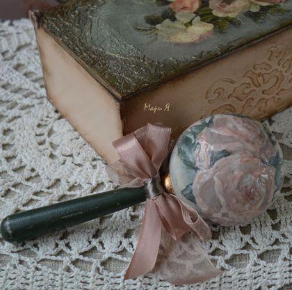 Купить или заказать деревянная погремушка в шкатулочке, стиль Шебби Шик в интернет-магазине на Ярмарке Мастеров. Памятный подарок для родителей новорожденного ребенка: деревянная погремушка в стиле Шебби в шкатулочке. Деревянная погремушка из массива липы - выполнена в технике декупаж с элементами ручной росписи. Все материалы, использованные в работе над погремушкой на водной основе и без запаха. Лак, которым покрыта работа - сертифицирован для изготовления детских игрушек и мебели.