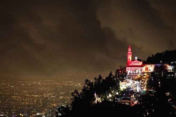 L'église Monserrate décorée pour Noël, Bogota, Colombie