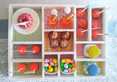 Tiny-Table: Let them eat Cake. A Dessert-Table in a typecase cute for tea and coffee.