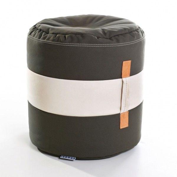 Ikoonz The Tub  ist ein kleiner Großer! Aufwendig verarbeitet kommt er als Hocker daher, der eine Menge aushält. Wir haben den Griff am Tub befestigt damit Ihr ihn festhalten könnt, wenn andere ihn bei euch sehen und sich spontan in den kleinen Racker verlieben. Haltet ihn gut fest und nehmt in überall mit hin.