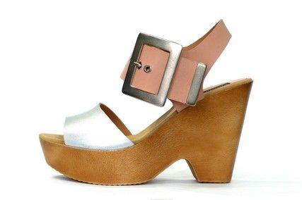 Sandalia estilo casual de la marca doralatina, piel color plata  combinada con piel color maquillaje, detalle de cierre con tira ancha al empeine y hebilla y terminal en acero