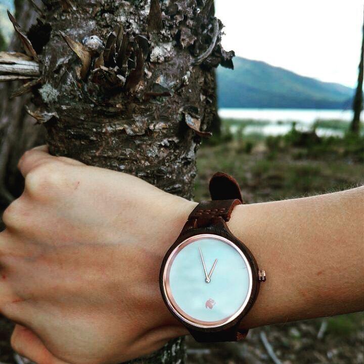 Desde la laguna Icalma con un Castor Sándalo . Disfruta el verano con naturaleza y elegancia para mujer. Ven por el tuyo en www.castor-watches.com  envío gratis en todo #chile #castorwatches #castorsandalo #icalma #lagunaicalma #surdechile