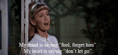 """La mia testa sta dicendo:""""Sciocca,dimenticalo"""".  Il mio cuore sta dicendo:""""Non lasciarlo andare""""."""